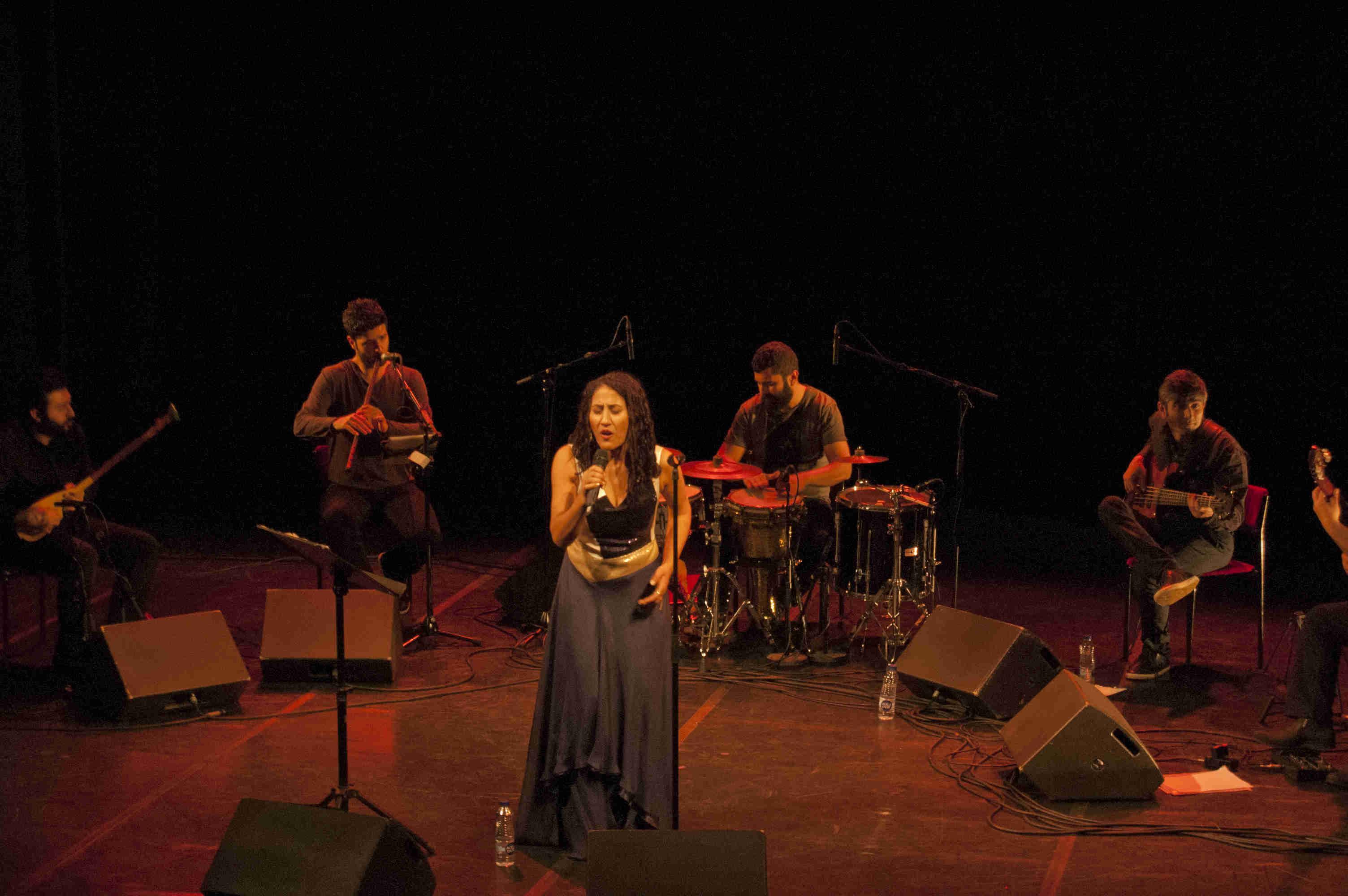 Foto på sångerskan Aynur Doğan och hennes musiker. Foto: Alex Valencia Rodallec