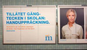 """""""Tillåtet gängtecken i skolan: Handuppsträckning."""" Moderaternas valkampanj i Stockholm."""