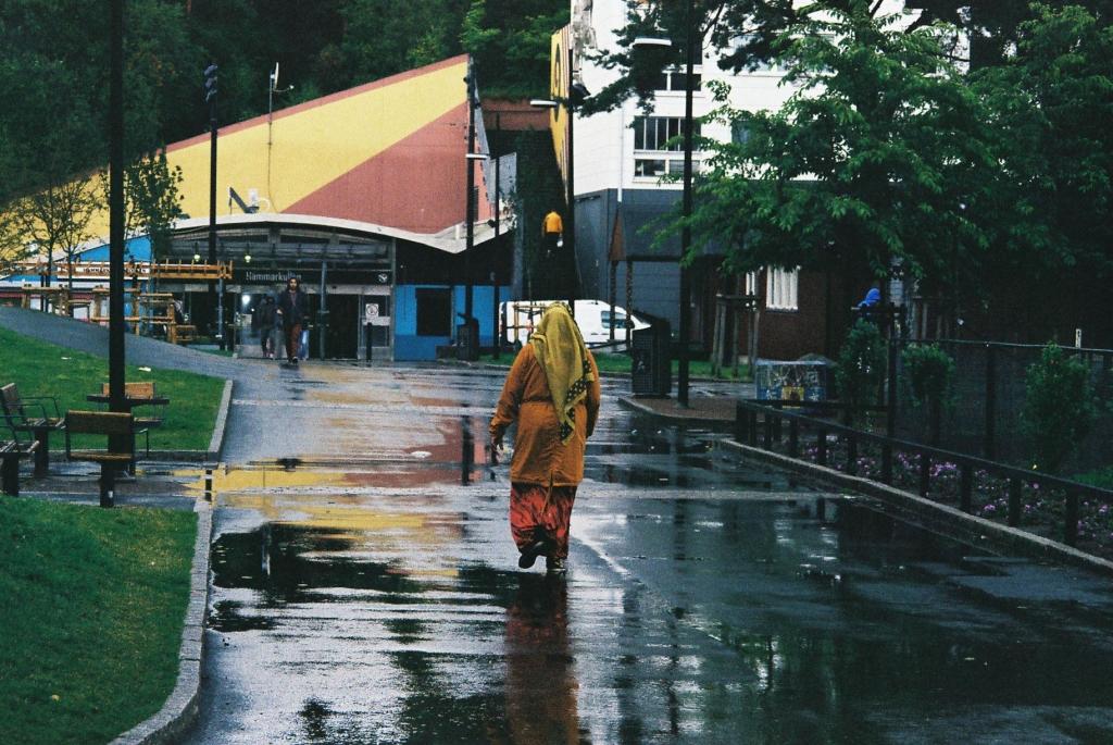 En kvinna går mot Hammarkulletorget. Foto: Futuro Berg