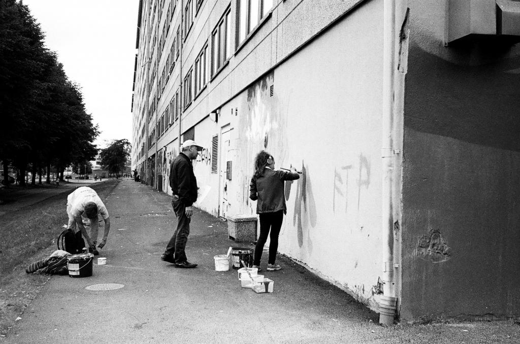 Bild på folk som målar på en vägg. Foto: Futuro Berg