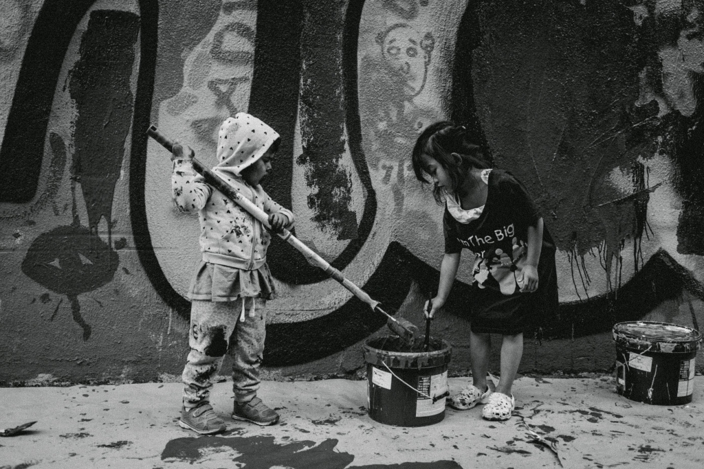 Photo of two kids painting by futuro berg.