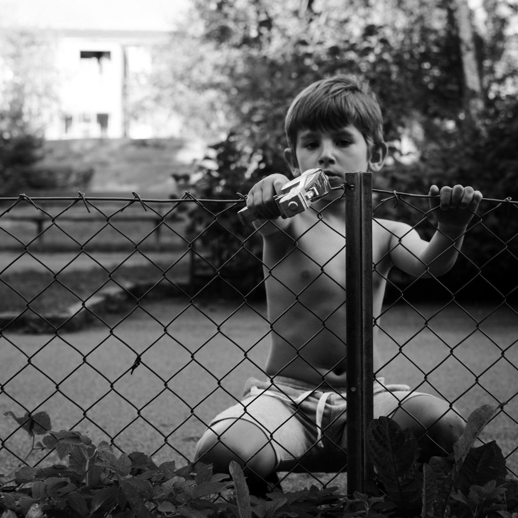 Foto på pojke med leksaksvapen av Lennart Navarrete.