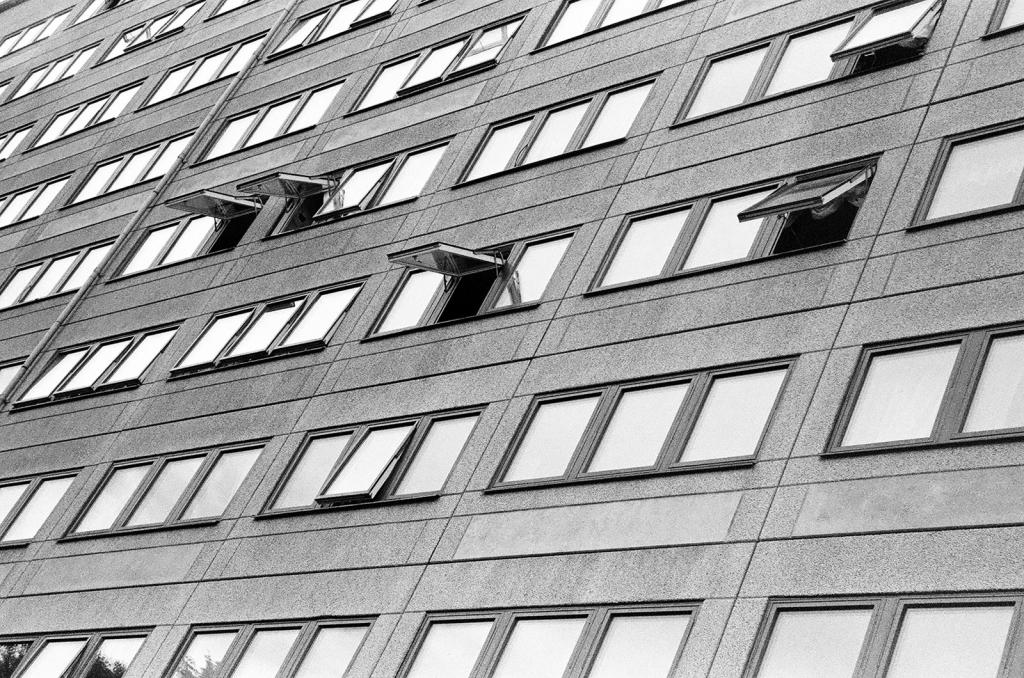 Foto på fönster på ett höghus i Hammarkullen av futuro berg.