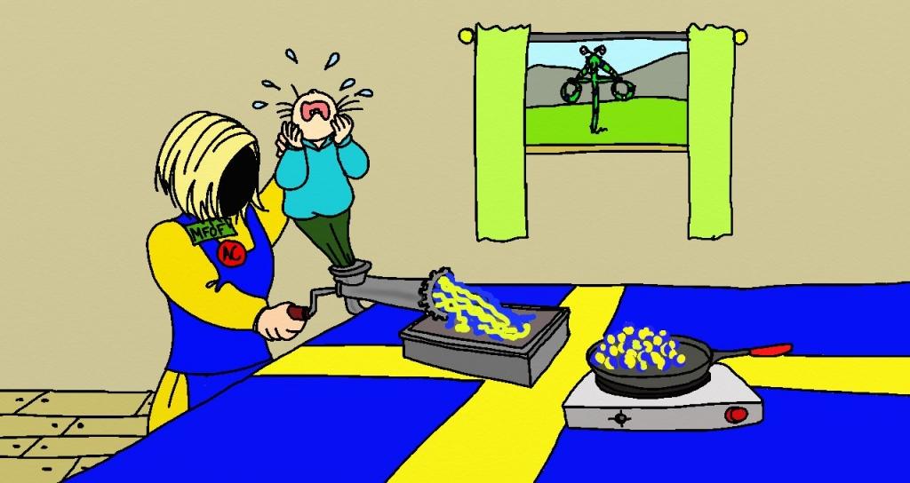 """En figur i blont hår och Sverigedräkt, med två knappar med texten """"MFOF"""" respektive """"AC"""" på, står i ett rum med en midsommarstång utanför fönstret. På ett bord med en stor svensk flagga som duk står en köttkvarn. Figuren mal ner ett gråtande barn i kvarnen. Ut kommer gult och blått kött. Bredvid köttkvarnen står en kokplatta med en stekpanna på, där gula och blå köttbullar håller på att stekas."""
